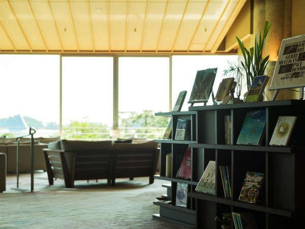 静かな松島の海を眺めながら読書も楽しめる。オールインクルーシブだからドリンク片手にゆっくりどうぞ。