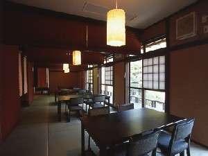 【食事処】和の椅子席でロールスクリーンを降ろすので個室の様な食事処となります。