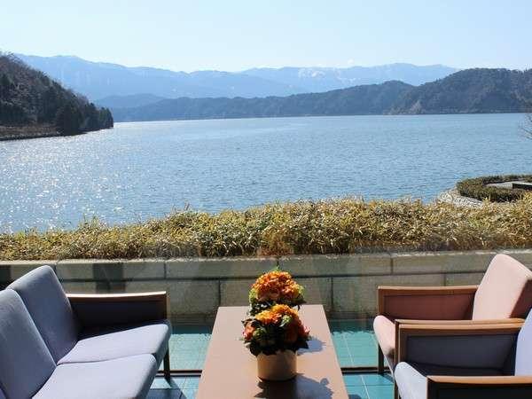 【ロビー】開放的な大きな窓から美しい景観が望めます。コーヒーなどもご注文できます。