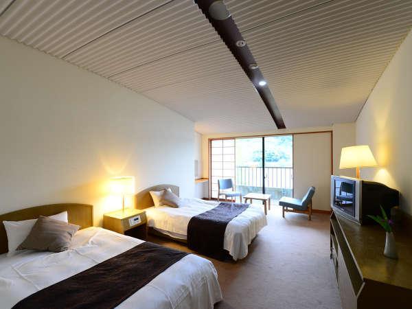 【客室例-洋室-】お部屋からは三方五湖の水月湖の展望が広がり、四季折々の自然を満喫できます。