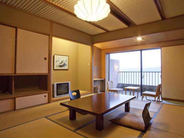 【客室例-和室-】お部屋からは三方五湖の水月湖の展望が広がり、四季折々の自然を満喫できます。