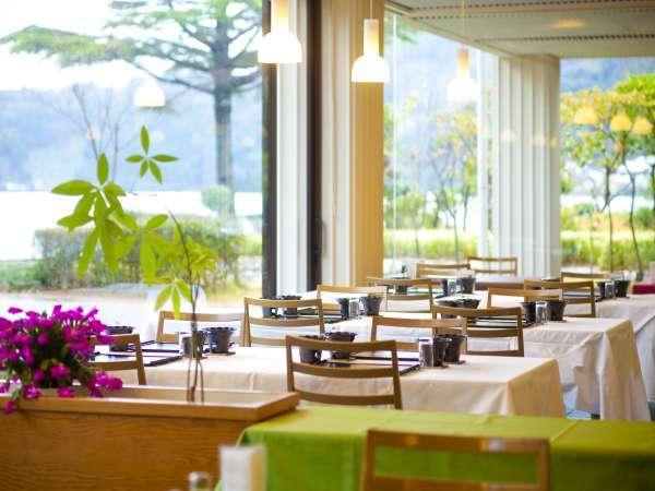 【レストラン-梅一輪-】夕食・朝食共に水月湖がご覧いただける会場にてお召し上がりいただきます♪