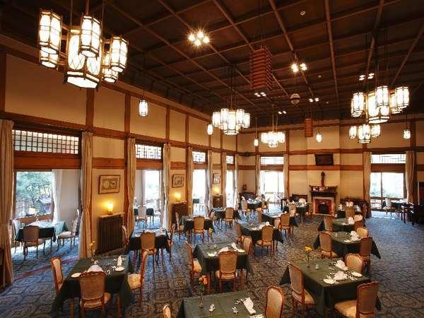 メインダイニングルーム【三笠】和風のシャンデリアが美しい。