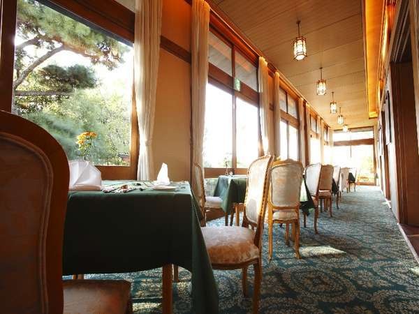 メインダイニングルーム【三笠】テラス席は興福寺を望める席も。