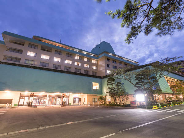 【ホテル花巻】隣接するホテル千秋閣、ホテル紅葉館の中央に位置し、お風呂のはしごもらくらくです!
