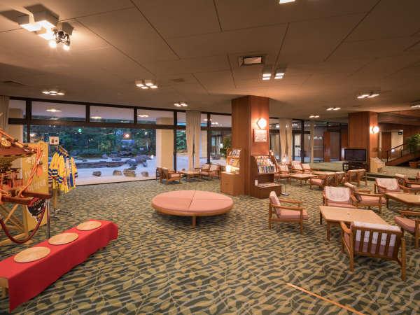 ホテル花巻の広々とした落ち着いた雰囲気のロビー