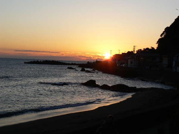 当館の庭から撮影した朝日。静かな海岸に波の音が心地よく響きます。