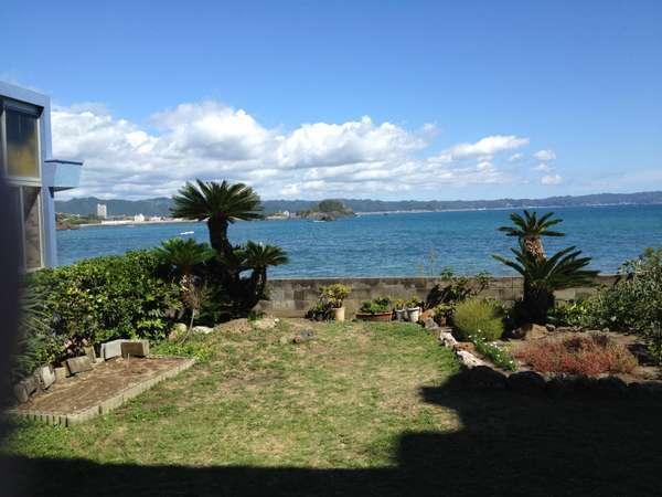 当館ロビーからの景色。太海海岸を目の前にのぞみ、波音が心地よく響きます。