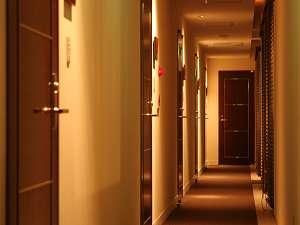 全13室、全てが異なるデザイン空間。館内はシックなダークブラウンで統一