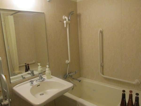 ユニバーサルツインルームのバスルームです。