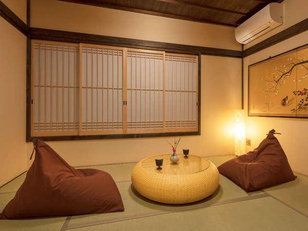 安心感を与えてくれる畳の和室。障子を開けると、一面に広がる高瀬川がご覧頂けます。