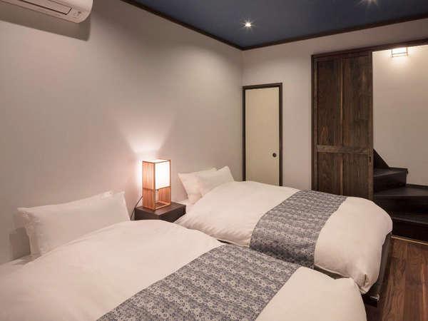 モダンな中にどこか町家らしさが残る寝室。落ち着いた空間でゆっくりとお休み頂けます。