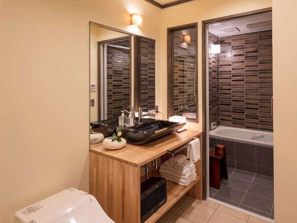 使い勝手の良い洗面・浴室。5名で宿泊された時お使いできるよう大きな鏡を配置しております。