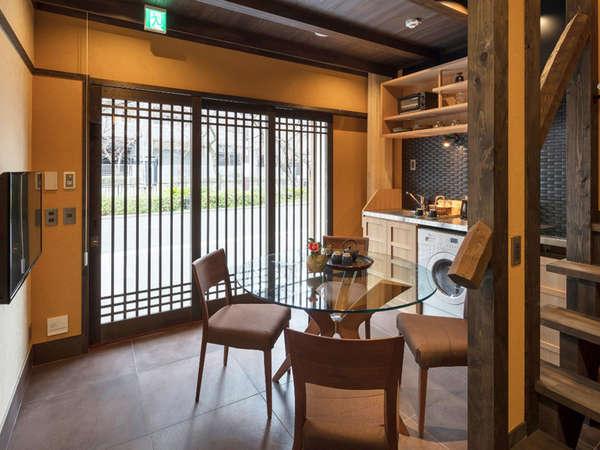 木の風合いが落ち着くリビング。玄関格子戸は全面的に解放でき、高瀬川の景色を取り込めます。