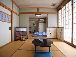 二間続きの客室(例)。人数にあわせて広めのお部屋や、二間続きのお部屋をご用意しています。