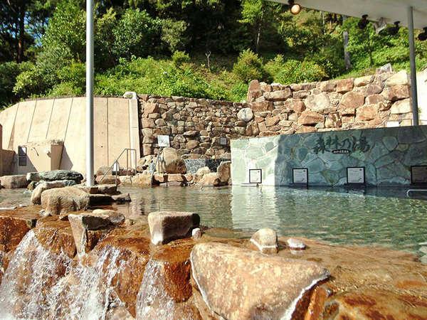 <森林の湯の大露天風呂>ひろびろした開放的な大露天風呂で、森林の湯あみをゆったりと。