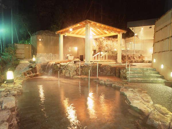 ひのきの香りがただよう浴槽を、森林の緑を見渡す開放的な空間でお楽しみください。