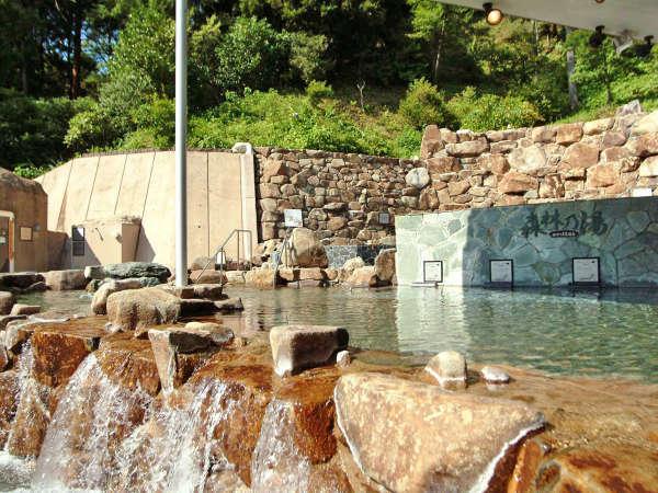 【大露天風呂<森林の湯>】広々とした開放的な大露天風呂