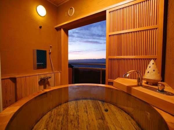 【和洋室】和洋室の露天風呂は屋根、格子戸がある半露天タイプ