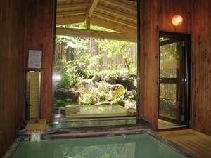 総木組内湯・・・ 「すももの湯」窓の外は専用露天風呂