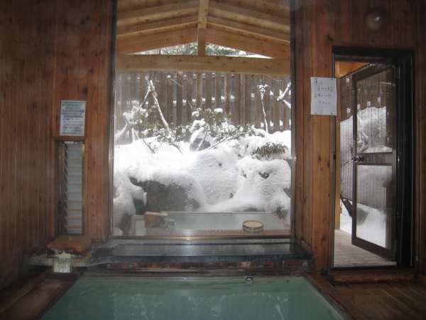 雪見温泉、総木組内湯・・・ 「すももの湯」窓の外は専用露天風呂