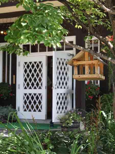 白い格子ドアーの玄関