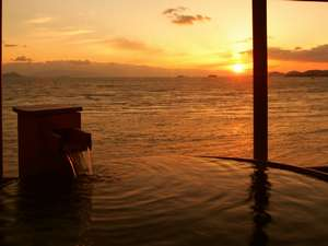 夕陽も絶景、男女別の湯処