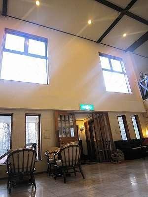 天井が高くて開放感のあるロビー。