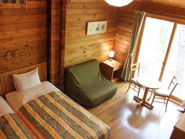 木のぬくもりが温かい、コテージ棟ツインのお部屋