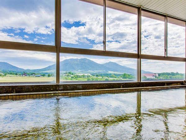 本館大浴場からは蒜山三座のパノラマが見渡せます
