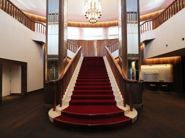 Lodge棟 ロビー階段の先にはBARラウンジ瑠璃があります。