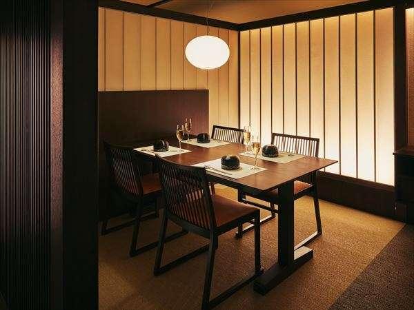 【食事処】席はすべて椅子・テーブルなので気負わずリラックスしてお食事を楽しめます
