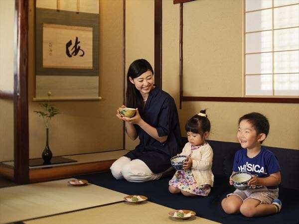 【茶室】毎日15:00~18:00の間、和菓子とお抹茶をふるまい!お子様連れでもOK!