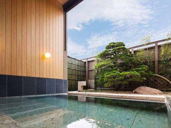 【露天風呂】男湯には力強い五葉松、女湯には優美な黒松が植えられ、まるで一枚の絵のような雰囲気