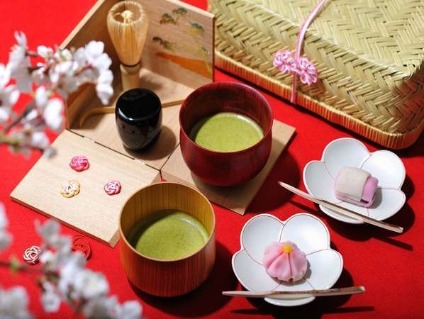 【茶室】毎日15:00~18:00の間、和菓子とお抹茶をふるまい!華やかな加賀文化を体験!