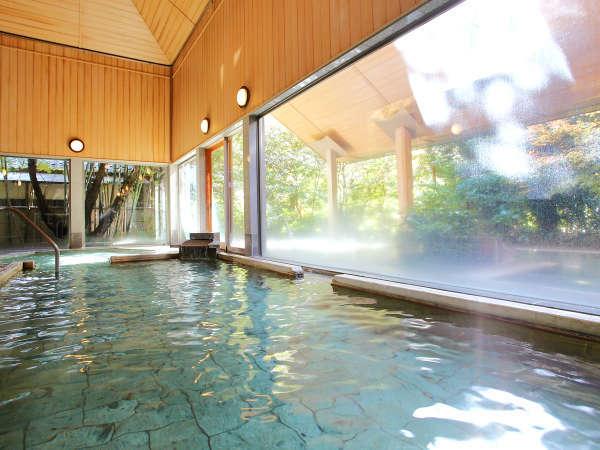 """明るい日差しの入る大浴場で、湯にただ身をゆだねる""""贅沢な時間""""――。"""