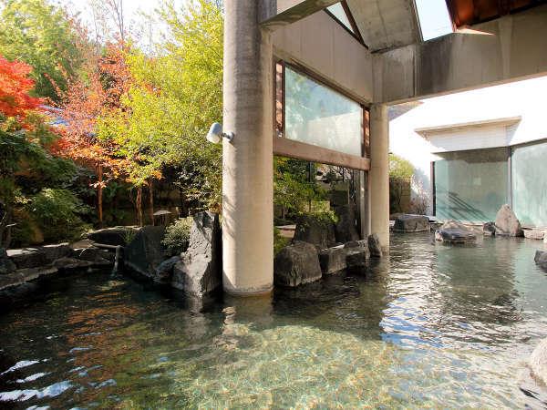 移り変わる季節と、源泉かけ流しの湯を愉しめる【露天風呂】