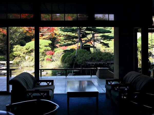 【ロビー】 まずはウェルカムドリンクで一息を。ガラス越しに美しい庭園もご覧いただけます