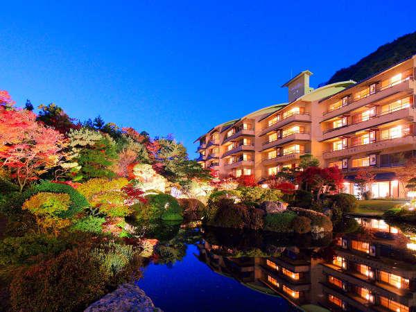 【日本庭園-水月園-】 夜になると庭園はライトアップされ、幻想的な雰囲気に。