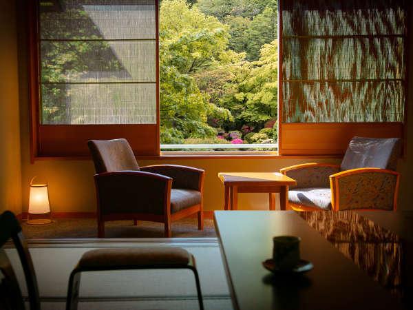 「庭園を眺めながら、お寛ぎいただきたい」―――という想いから。どの客室もお庭に面しております。