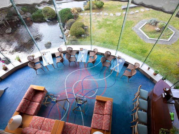【テラスラウンジ】 大きな窓一面に広がる、1枚の絵画のような日本庭園。