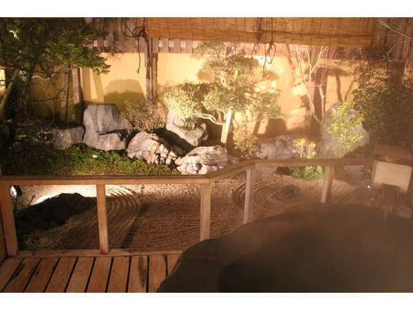 湯けむりを深呼吸して夜の岩露を満喫してください。