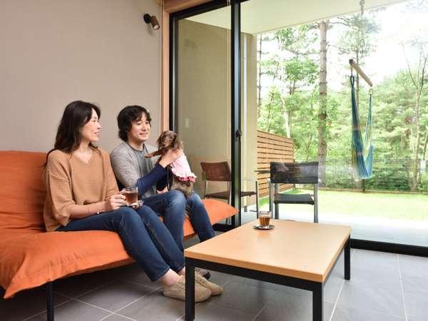 全ての客室から御影用水の水面と軽井沢の森を眺めることができます。