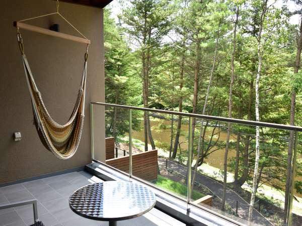 客室のテラスにはハンモックもご用意しており、開放感のある眺めを楽しめます。