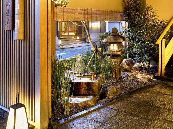 ☆打ち水をしてお客様を一番にお迎え。秀山閣エントランス