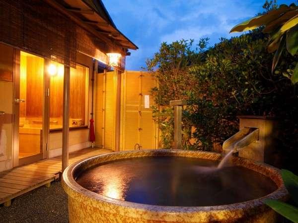 大人2名で入っても充分な広さ。信楽焼のゆったりした露天風呂付客室一例。