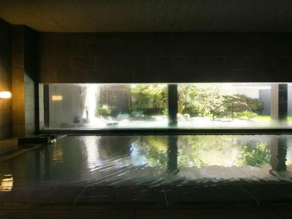 【大浴場】直線を基調とした内湯の窓から望む日本庭園は、まるで額におさめられた絵画のような美しさです。