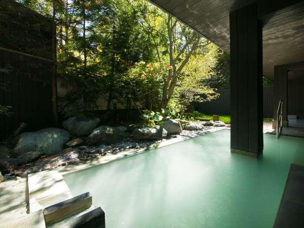 【露天風呂】朝日を浴びながら源泉かけ流しの湯に浸かる贅沢なひととき。朝風呂を愉しむのも旅の醍醐味。