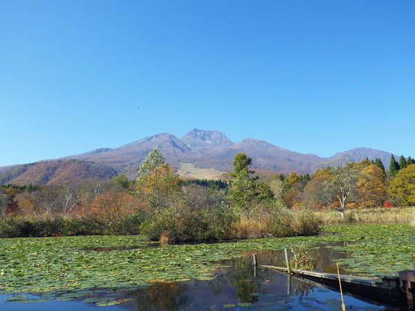 *【周辺】標高2,454mの妙高山を水面にくっきり映し出すいもり池。
