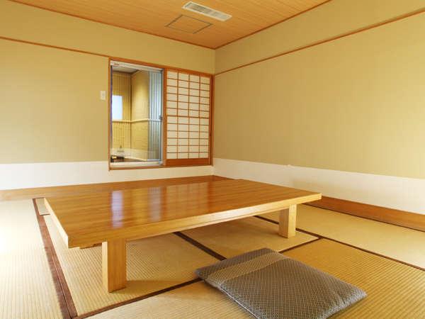 10畳の和室です。最大で大人4名様までご宿泊頂けます。ファミリーでお寛ぎ下さいませ。